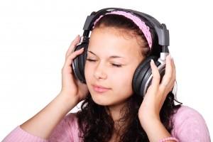 jeune-fille-qui-ecoute-de-la-musique